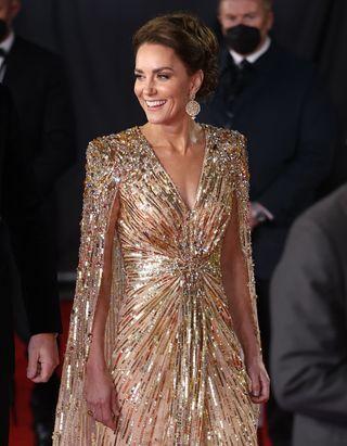 La robe de Kate Middleton lors de l'avant-première de James Bond serait-elle un hommage à Lady Di ?
