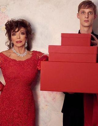 L'Instant Mode : Valentino célèbre Noël avec sa nouvelle muse Joan Collins