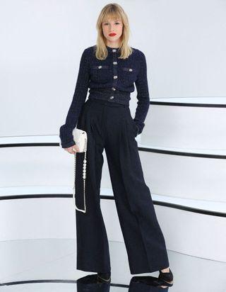 Angèle, Ines de la Fressange et Isabelle Adjani : premier rang trois étoiles au défilé Chanel