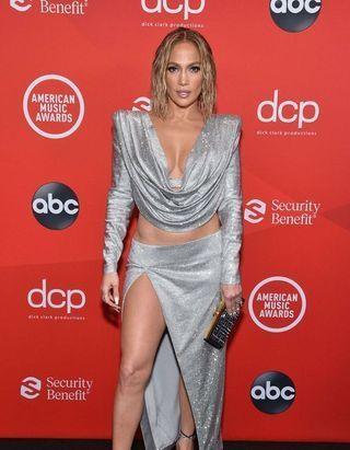 Dua Lipa, Cara Delevingne, Jennifer Lopez : le tapis rouge des American Music Awards 2020