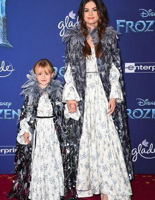 Selena Gomez pose avec sa petite sœur, comme des jumelles, pour La reine des Neiges 2