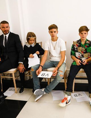 Les Beckham, famille stylée et unie au premier rang du défilé Victoria Beckham