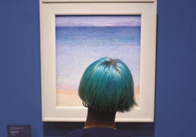 Il photographie les gens assortis aux oeuvres d'arts dans les musées