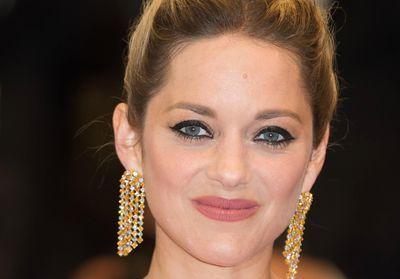 Cannes 2018 : Marion Cotillard perd ses boucles d'oreilles en diamants sur le tapis rouge
