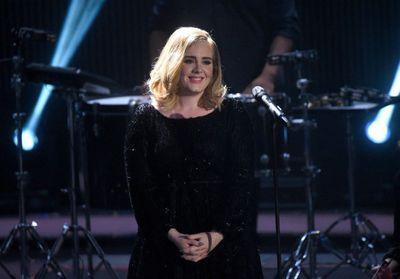 Regarder la vidéo Adele dévoile l'objet auquel elle tient le plus, et il appartient à une autre star !
