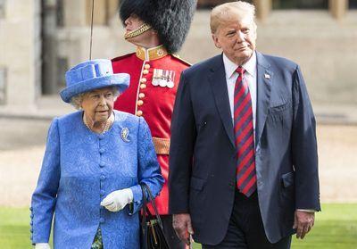 Donald Trump gaffe face à la reine d'Angleterre, la presse anglaise se moque de lui !