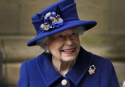 Elizabeth II apparaît pour la première fois en public avec une canne