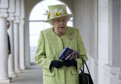Elisabeth II souriante pour sa première apparition depuis les funérailles du prince Philip