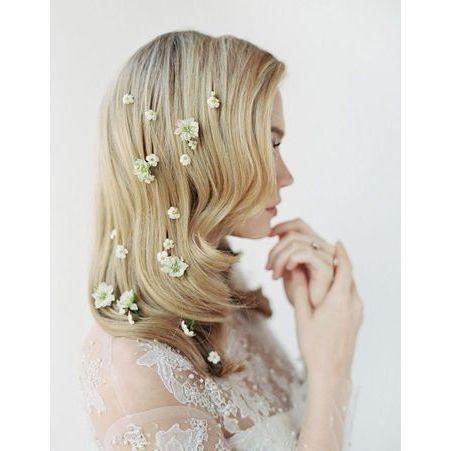 des fleurs parsem es dans les cheveux pour le mariage des fleurs dans les cheveux pour un. Black Bedroom Furniture Sets. Home Design Ideas