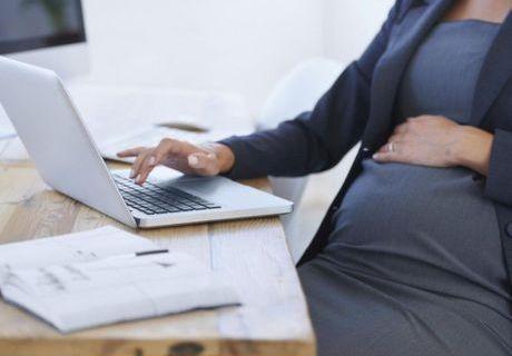 Grossesse et travail : encore un casse-tête selon les Françaises