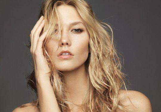 Inspiration : le maquillage en or porté par Karlie Kloss