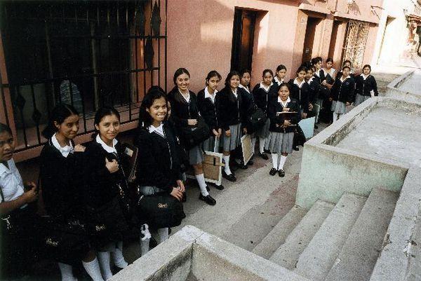 Elles ont retrouv+® le chemin de l'+®cole +á Guatemala City -®Marie-Paule N+¿gre