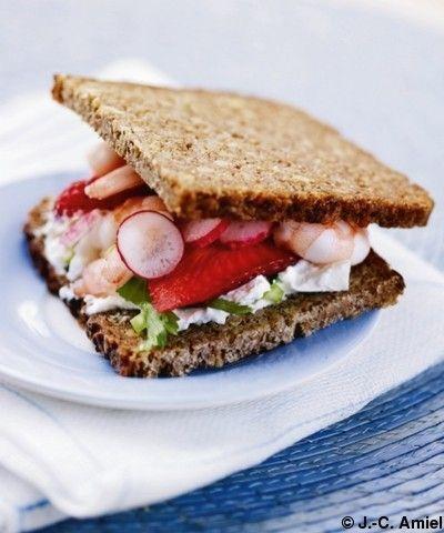 Pain-noir-aux-crevettes-radis-et-fraises_reference