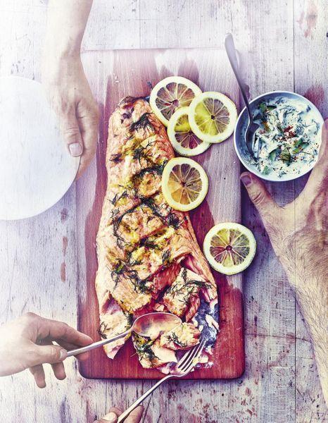 Saumon-grille-sur-une-planche-de-cedre