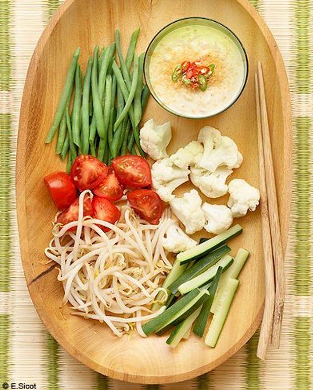 Légumes crus et cuits, sauce cacahuète
