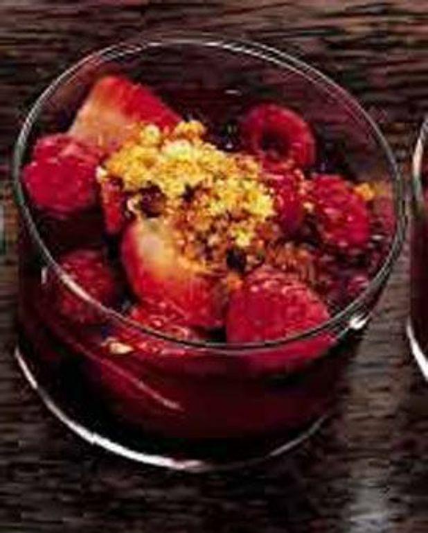 Framboises et fraises au chinon et sablés bretons