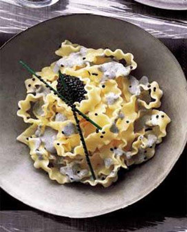 Pâtes à l'avruga et à l'encre de seiche