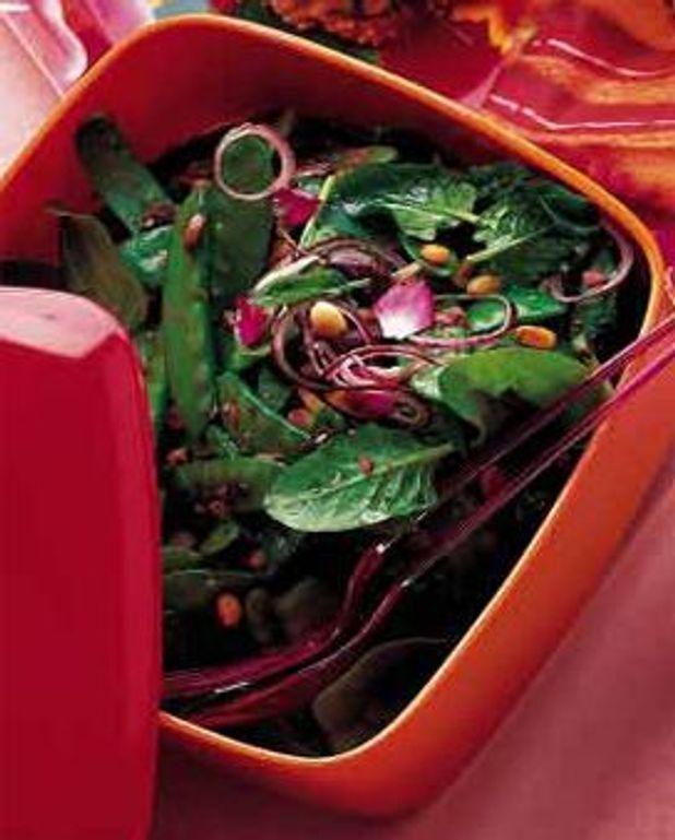 Salade de pois gourmands aux olives et aux pignons