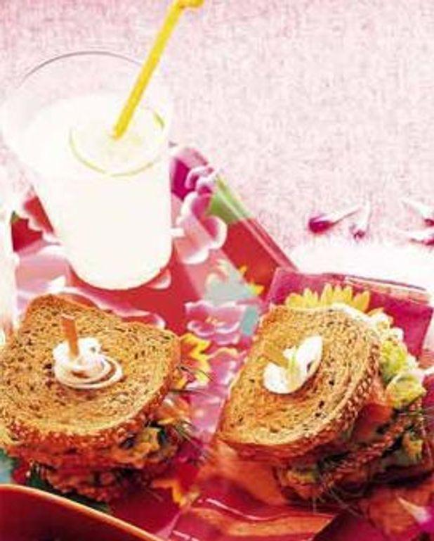 Sandwichs de pain toaste, avocat ecrase et saumon fume