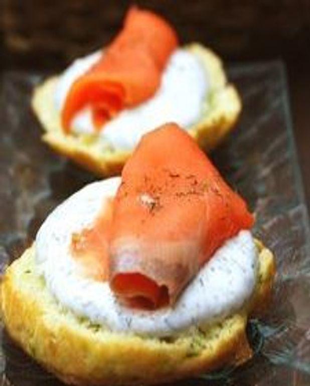 Biscuits à la ciboulette, fromage à la crème à l'aneth et saumon fumé