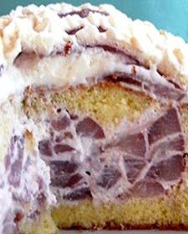 Gâteau surprise aux poires pochées au vin rouge et sirop d'amandes