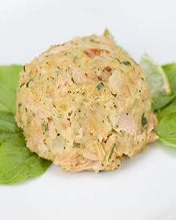 Gâteaux de crabe épicés sur salade