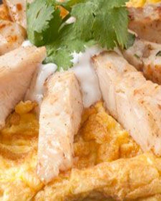 Omelette au poulet et crème sûre