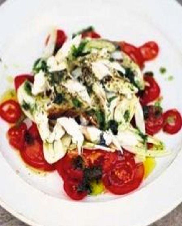 Salade aux tomates, fenouil et flocons de poisson grillé
