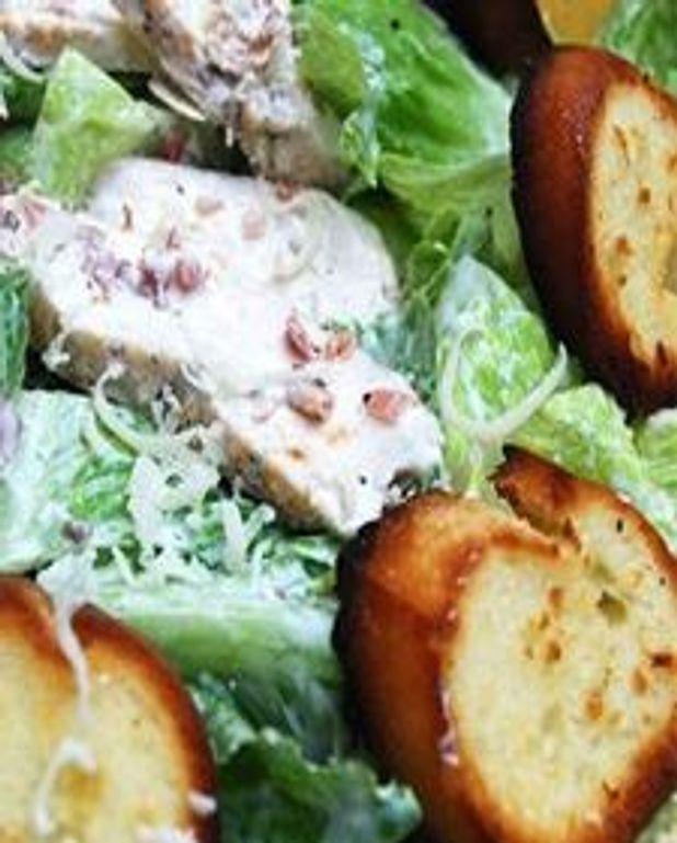 Salade césar au poulet grillé, croûtons ail et citron