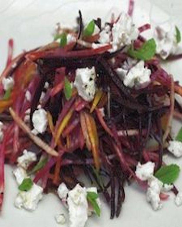 Salade croquante de betterave crue avec feta et poires