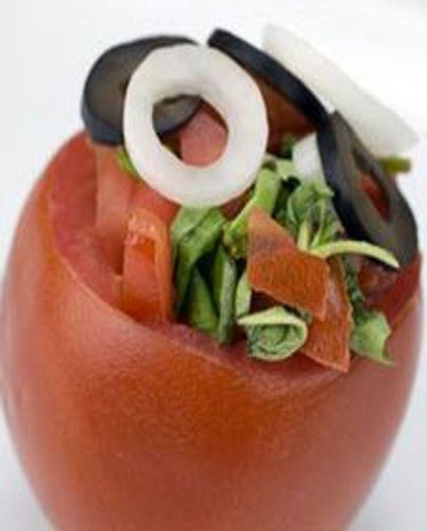 Salade de tomates aux oignons et au basilic