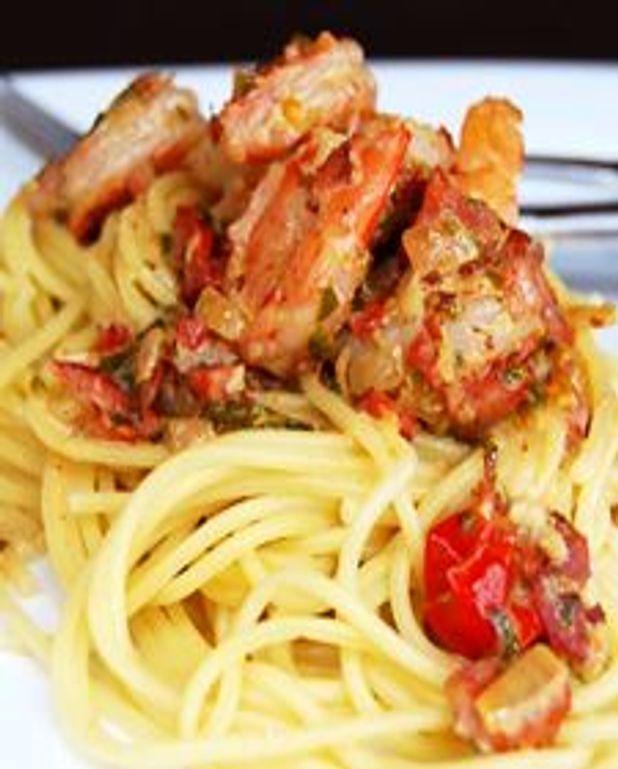 Spaghetti aux crevettes sautées, pesto de chardonnay et chorizo croustillant