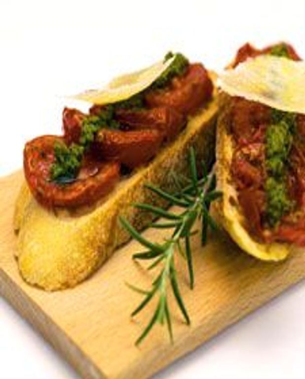 Tartine croustillante aux tomates rôties, pesto et parmesan