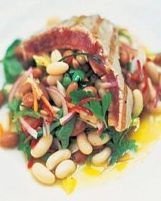 Thon grillé avec haricots marinés et herbes