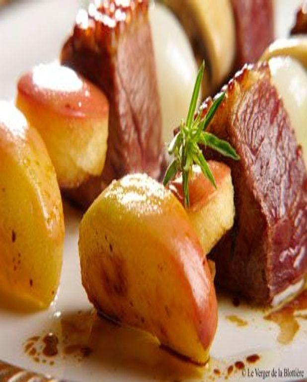Brochettes de magret de canard aux pommes