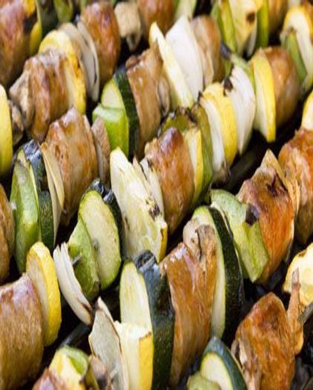 Brochettes de saucisses italiennes marinées