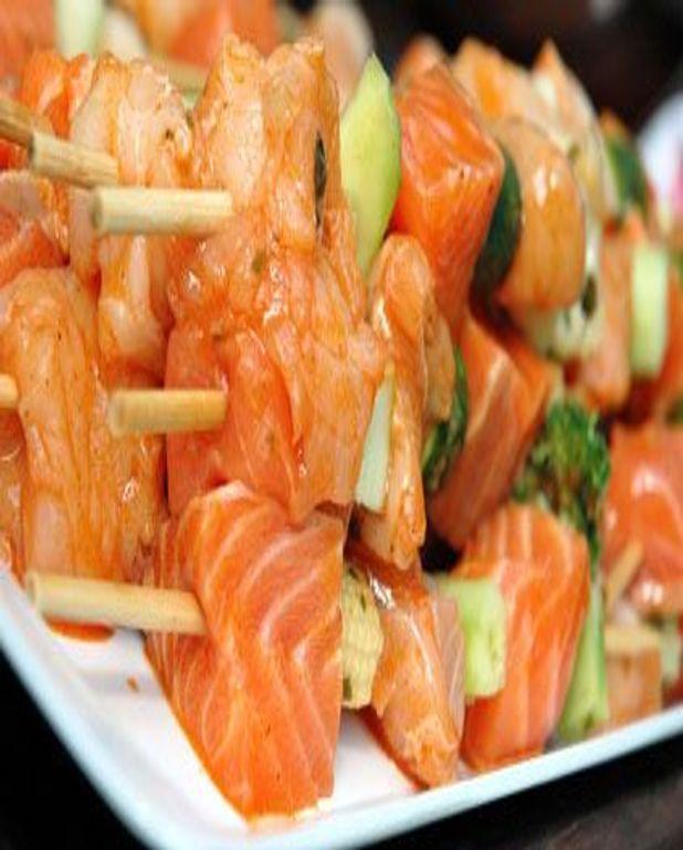 Brochettes de saumon fumé, crevettes et calmars au piment