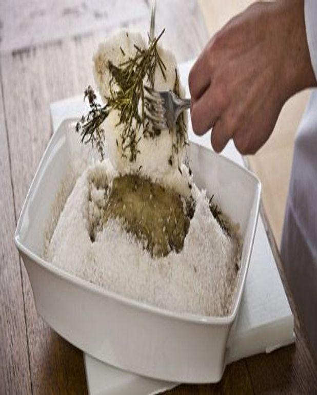 Filet de saumon en croûte de sel et crème à l'ail doux
