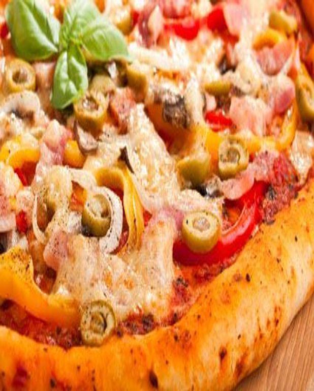 Pizza aux olives et aux deux fromages