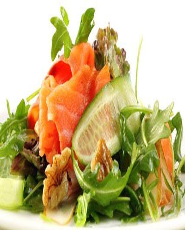 Salade au saumon fumé et aux noix