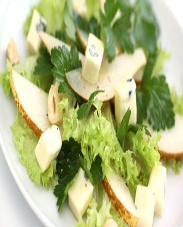 Salade aux poires et au roquefort