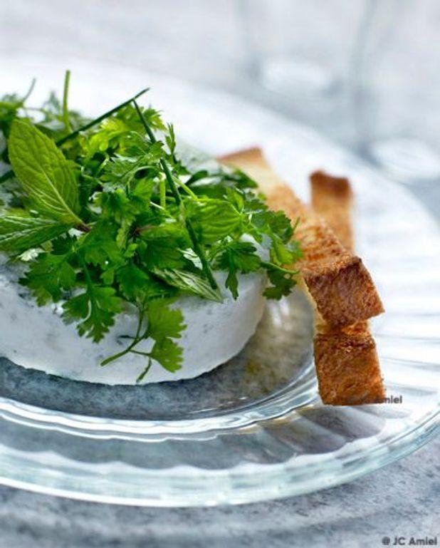 Soufflé glacé au roquefort, salade d'herbes et brioche toastée