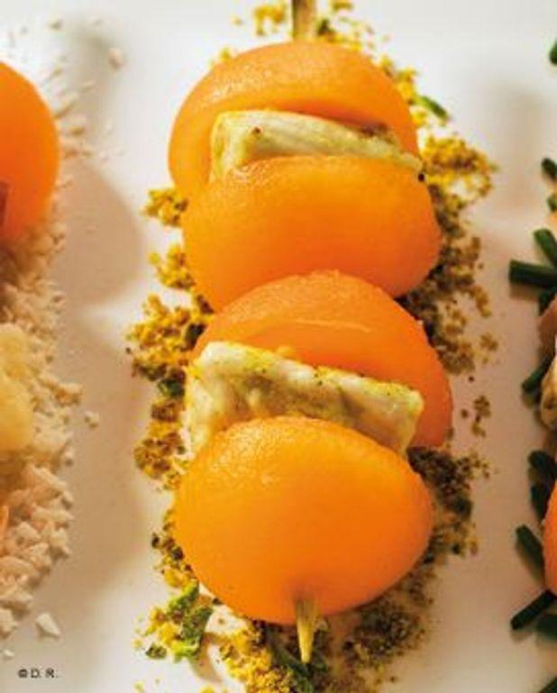 Mini brochettes de melon Charentais jaune et blanc de poulet marinés au curry et citron vert