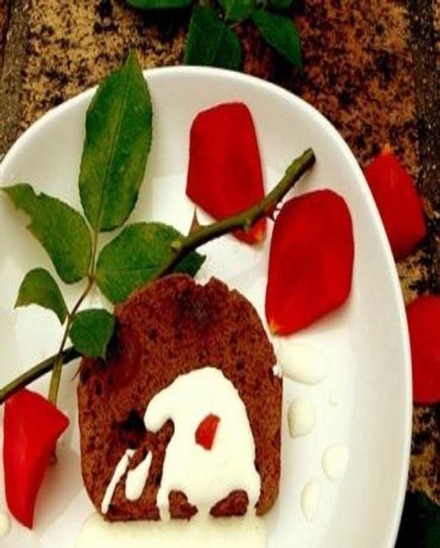 Gateau aphrodisiaque au chocolat, noix de muscade et cannelle avec une creme fouettee gingembre