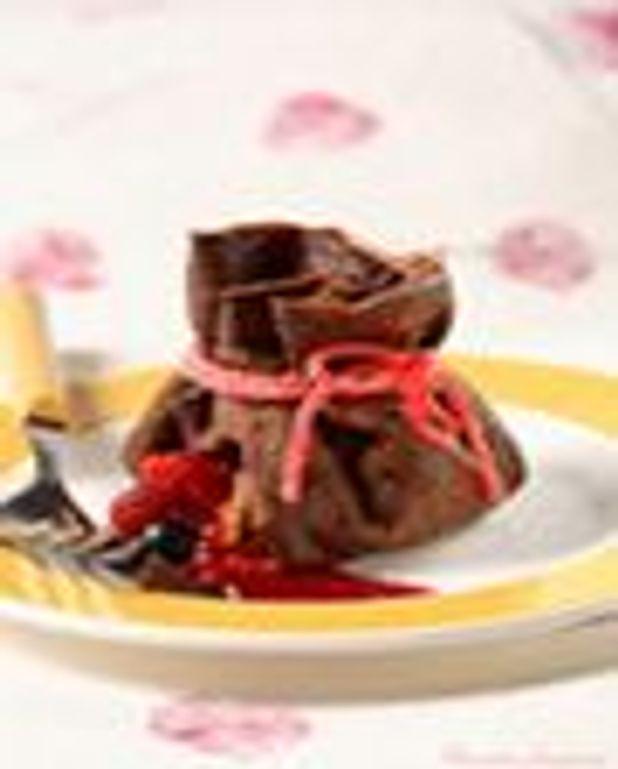 Aumônières de crêpes au chocolat, trésor de fruits frais, coulis de framboises au yuzu
