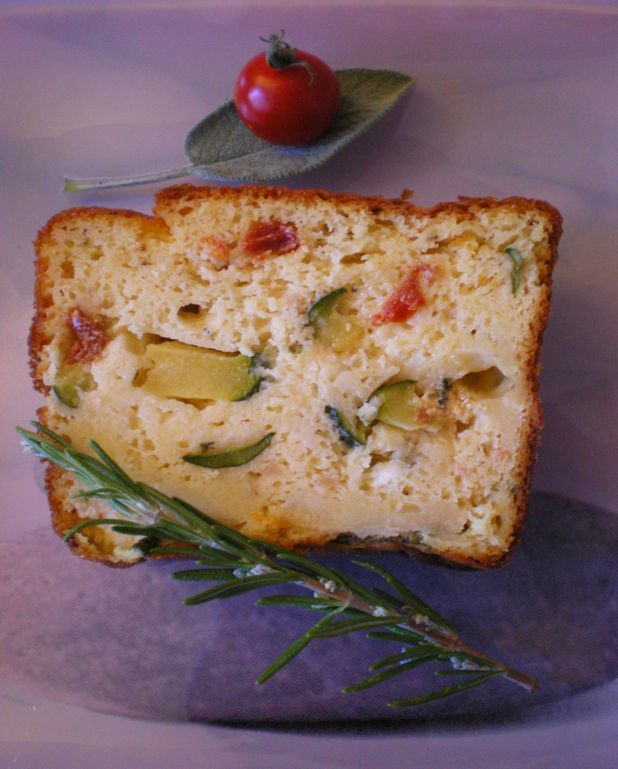 Cake à la courgette, aux tomates confites et aux fromages
