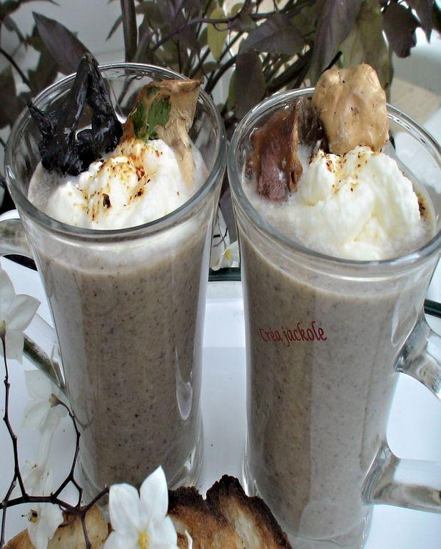 Cappuccino aux champignons des bois et chantilly aux lardons