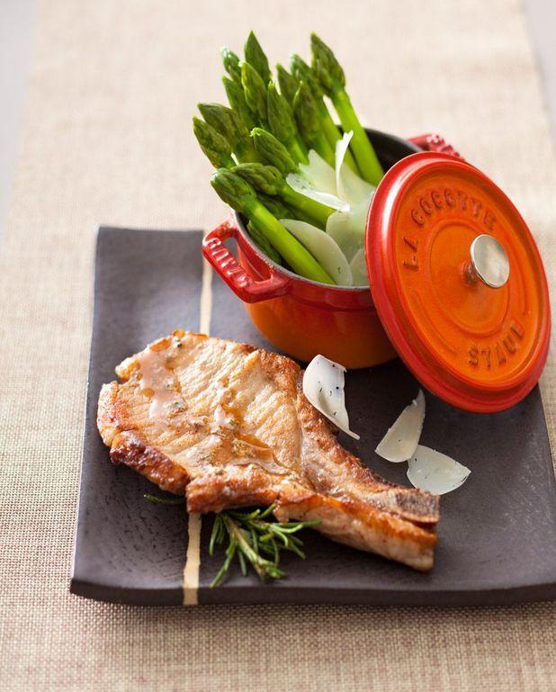 Côtes de porc en cocotte, vinaigrette à l'anchois et romarin, asperges vertes et parmesan