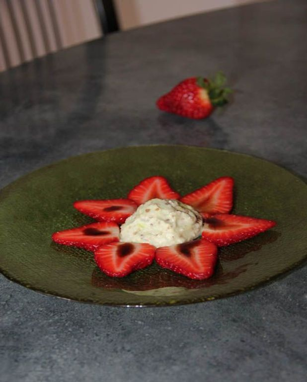 Fraises au caramel balsamique, glace coco wasabi