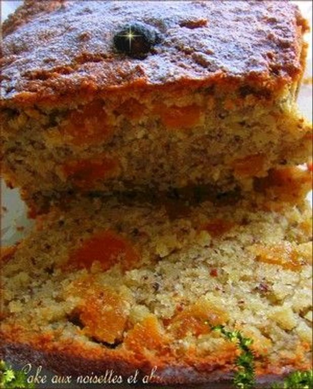 Cake au miel, abricots et noisettes